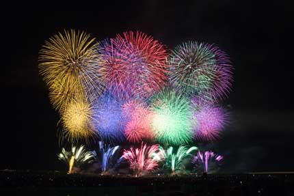 色を調和させた見事な花火