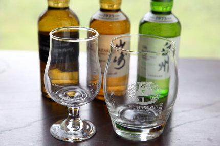 テイスティングラスとロックグラスに180ml瓶のウイスキー