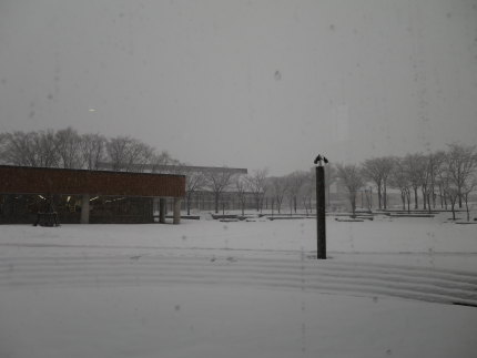 妙高市文化ホールの外も真っ白