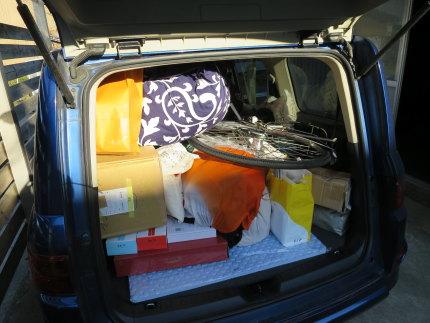 自家用車に荷物を積み