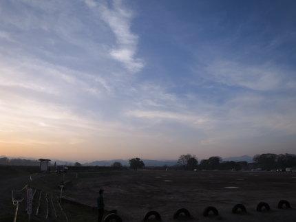 東の空が赤く朝焼け