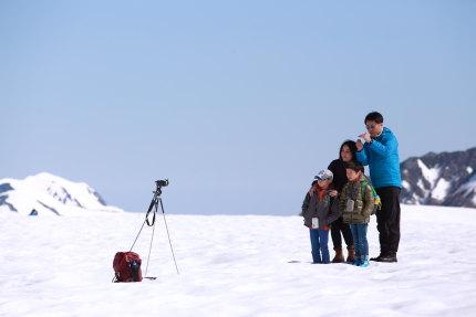 雪原の中で記念撮影