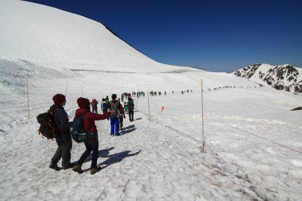 雪の大谷の外側の雪原