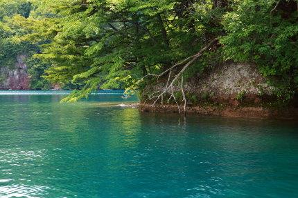 湖の色が青く綺麗