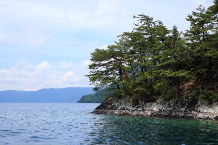カルデラ湖と分かる絶壁