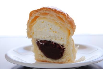 パンの中に餡とクリームが同居
