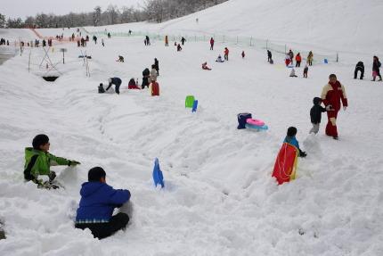 子供達が雪の上で楽しそうに遊んでいました