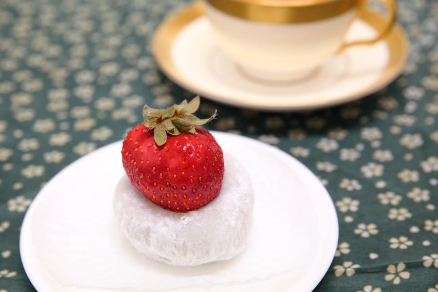 大福の上に大きな苺