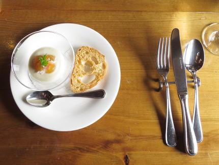 ヴィシソワーズのムース仕立てベニズワイガニとトマトのジュレ