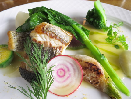 近海の白身魚のソテーとカブのロースト