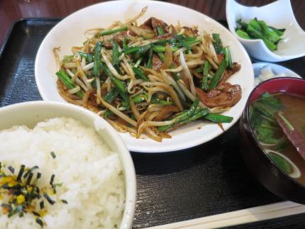 ニラレバ炒め定食930円(税込み)