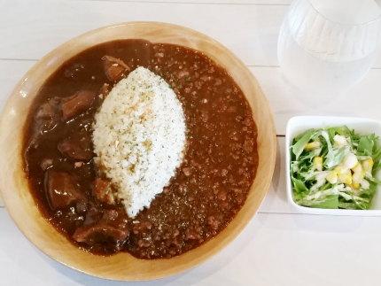 辛口キーマカレーと牛すじカレーのWカレー(サラダ付き)780円