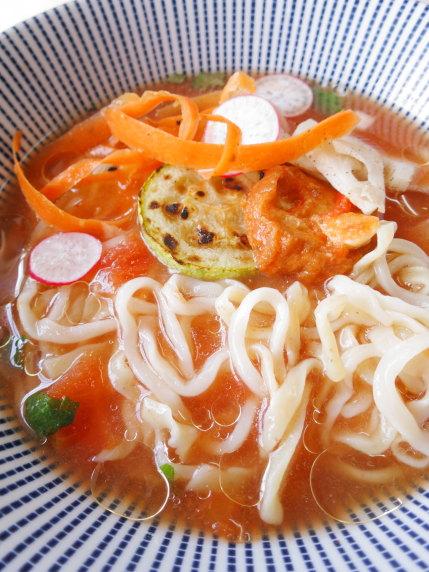 スパイスのきいたトマトスープに腰のある2種類の麺