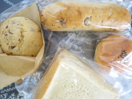 食パン280円(税込)、ぶどうパン140円(税込)、シュガーバター160円(税込)、粒あんパン130円(税込)