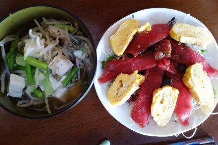 豪華マグロ丼と豆腐と野菜の味噌汁
