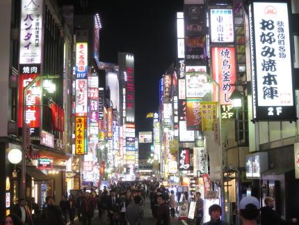 歌舞伎町のネオンと人々の活気