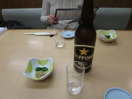 瓶ビールで注ぎ合いし