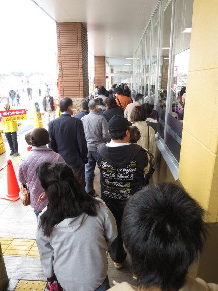 開店時間前から長蛇の列