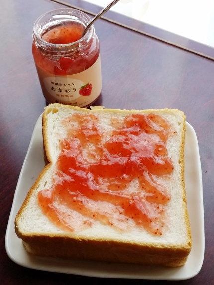 贅沢にたっぷり食パンにジャムをつけて食べました