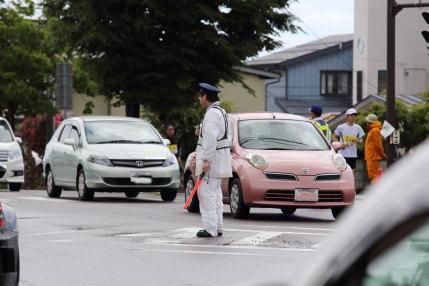 警察官やボランティアの方が交通整理