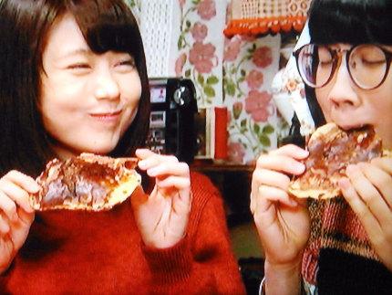 秋田のかりんとうを美味しそうにほおばるシーン