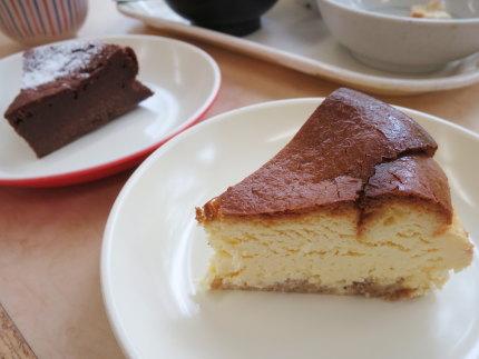 ガトーショコラ200円(税込)とベイクドチーズケーキ200円(税込)