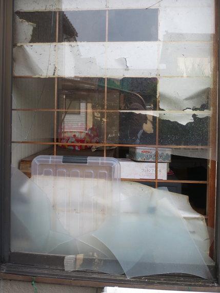窓ガラスが割れた