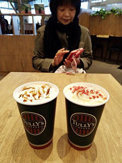 コーヒーショップで妻とデート
