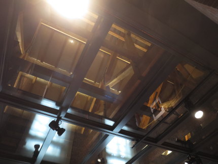 屋根裏構造を見せる