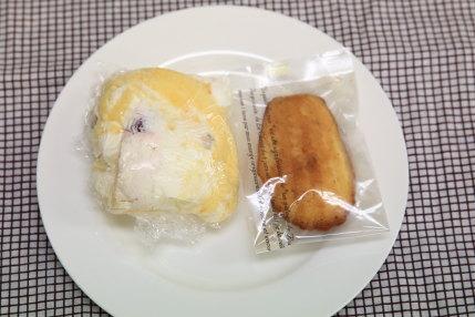 ケーキの端っこ100円(税別)とキズありマドレーヌ100円(税別)