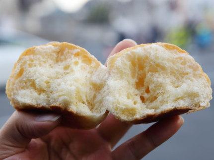 バターロールのようなパンの中