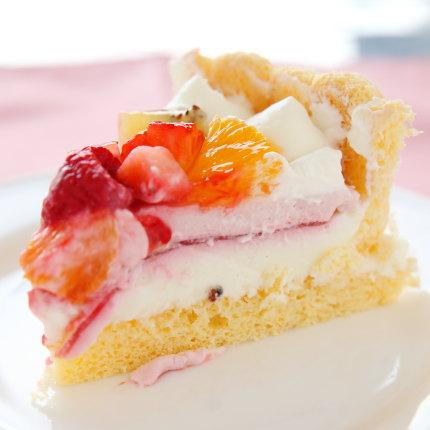 フルーツたっぷりで酸味のあるさっぱりとしたケーキ