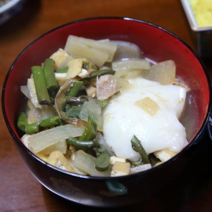 雑煮の具は、鶏肉、竹輪、ぜんまい、大根、蒟蒻、油揚げ、焼き豆腐。餅は朝日池総合農場さんの農場のこがねもち白餅。
