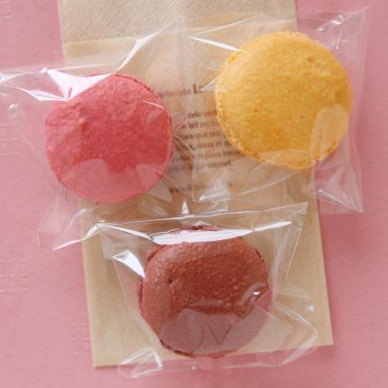 フランボワーズ、ショコラ、マンゴーのマカロン各180円(税抜)