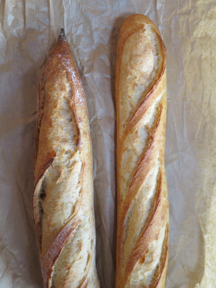 <br /> 左、国産小麦のバゲット260円(税別)、右、バタール240円(税別)