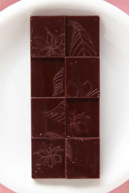 ワインを思わせる甘い香りとかんきつ系の酸味が特徴のチョコレートです