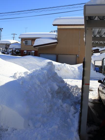 カーポートの脇におろした雪