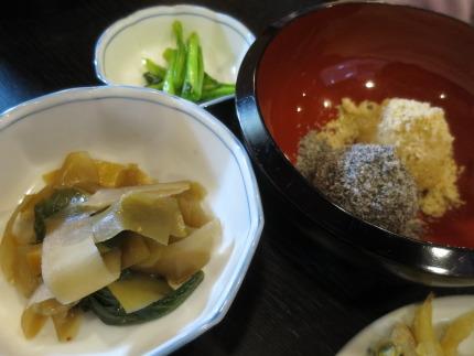 サービスの総菜と一口おはぎ(くるみ+ごま)220円(税込)