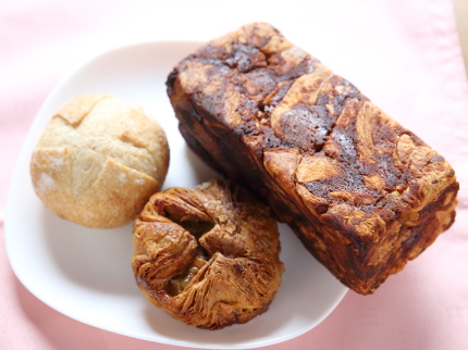 左、全粒粉のプチパン60円(税別)。中、紅茶とりんごのクイニーアマン220円(税別)。右、餡バター食パン450円(税別)。