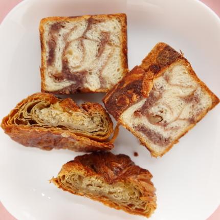 下、紅茶とりんごのクイニーアマンの中。上、餡バター食パンの中。