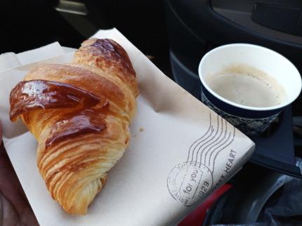 珈琲を頂き、車の中でクロワッサンを食べながら、しばしの休憩
