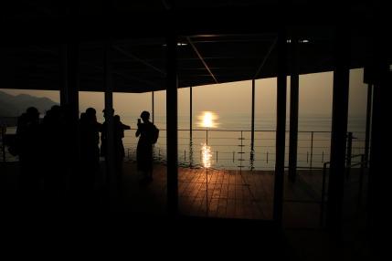 日本海に沈みかけた夕日