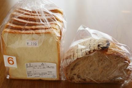 食パン(サービス品190円税込)とカンパーニュ200円税込
