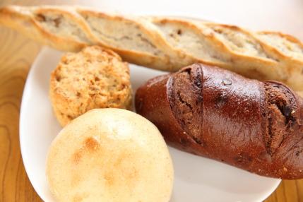 ナッツ入りのバゲット、スコーン、チョコチップパン、柚子あんパン