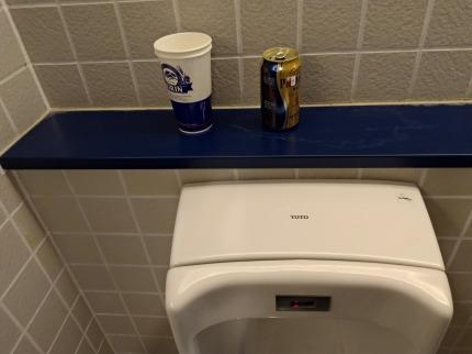 トイレに空き缶と紙コップの忘れ物