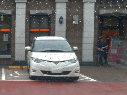 身体障害者用駐車場に勢いよく白い車