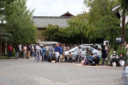 朱雀券販売開始時、並んでいた人々