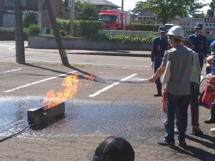 消化器を使って火を消す訓練