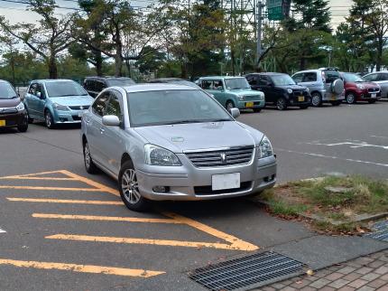 駐車場に停まっていたクローバーマークの車