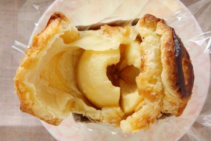 リンゴが丸ごと1個パイ生地に包まれています